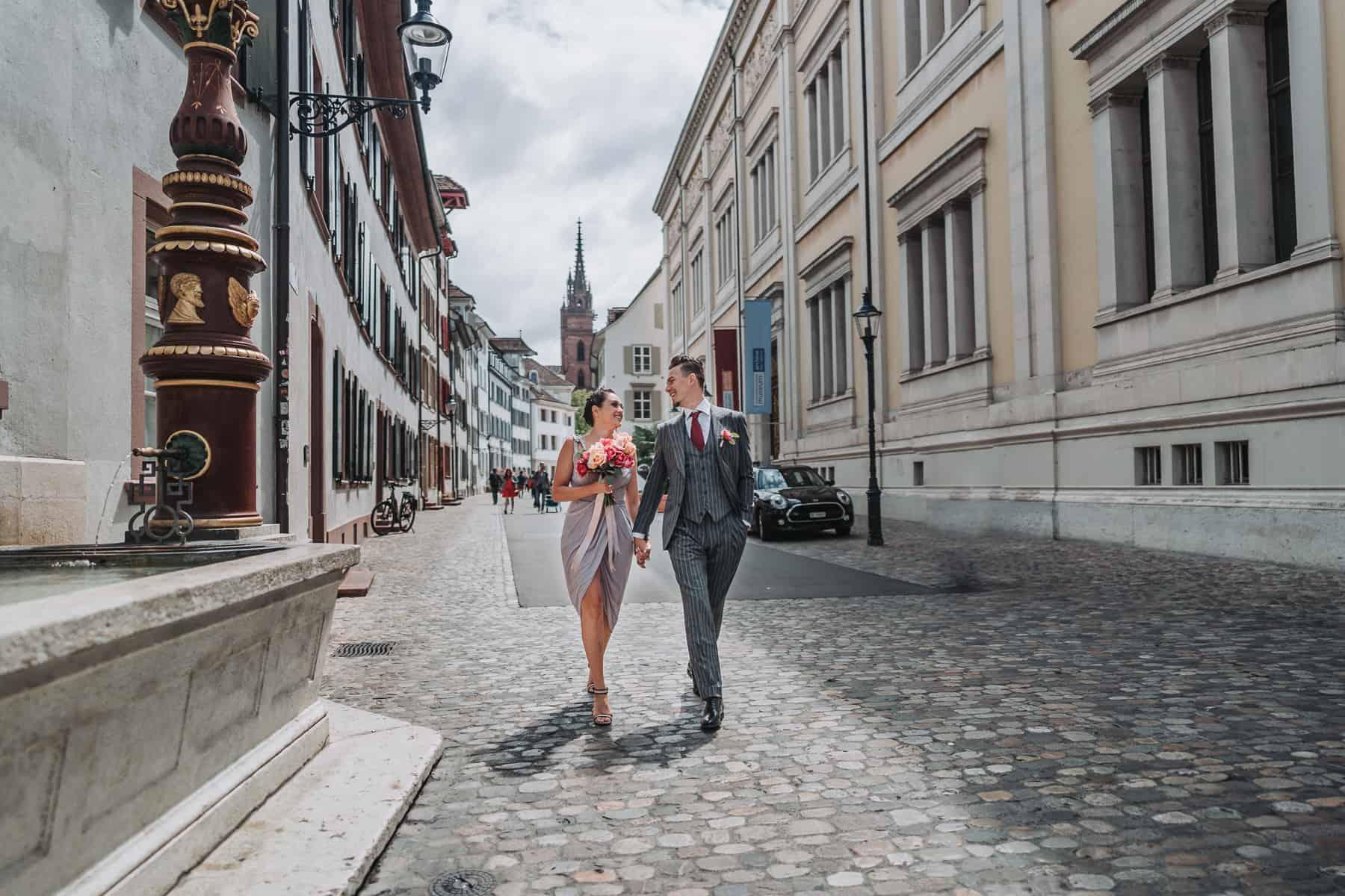 Hochzeitspaar läuft durch Basel