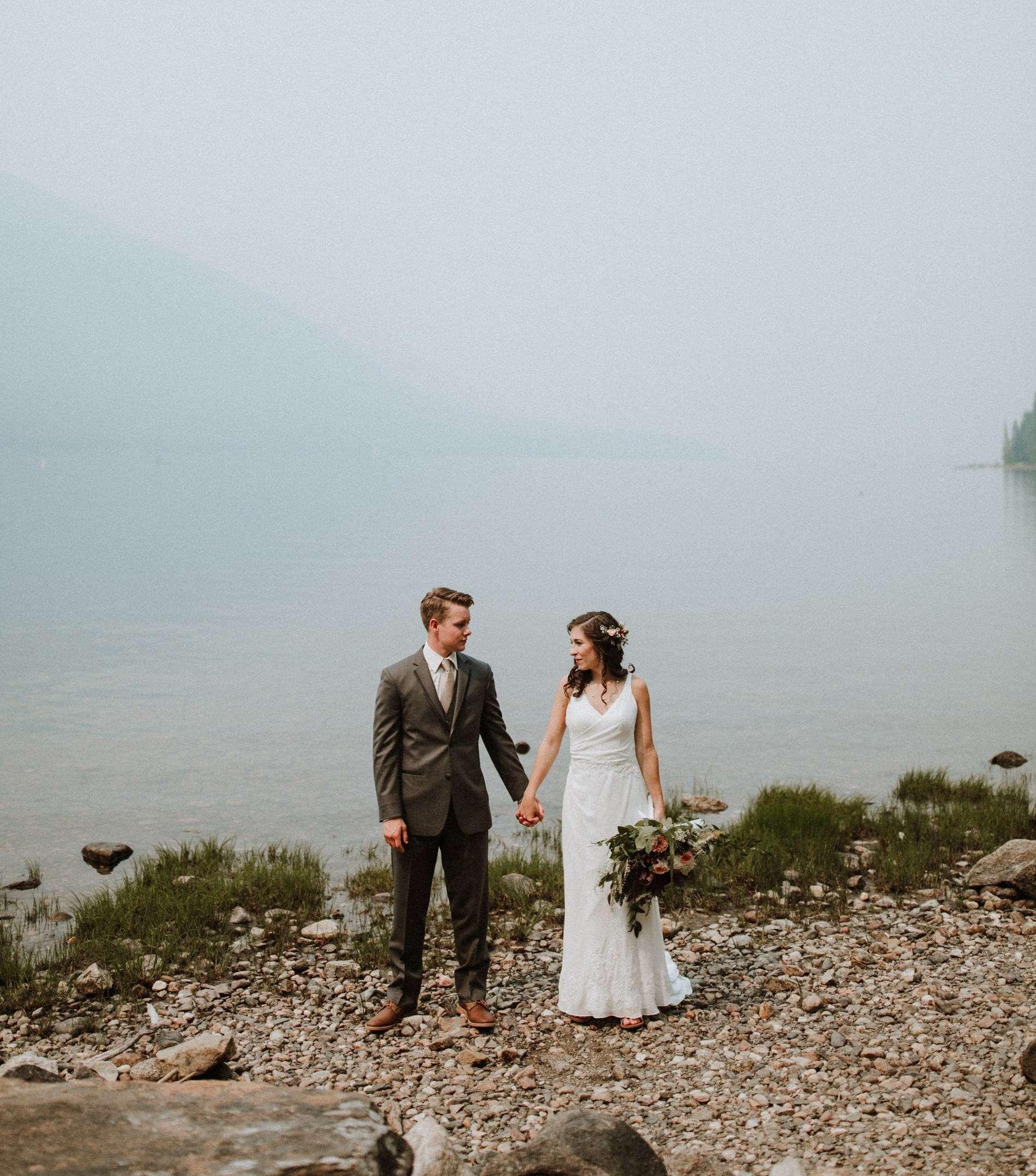 Brautpaar steht an See