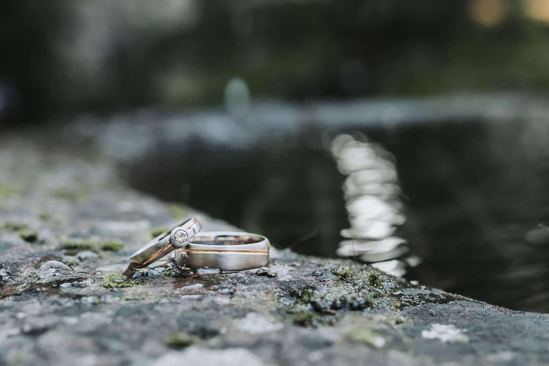 Eheringe an Brunnen
