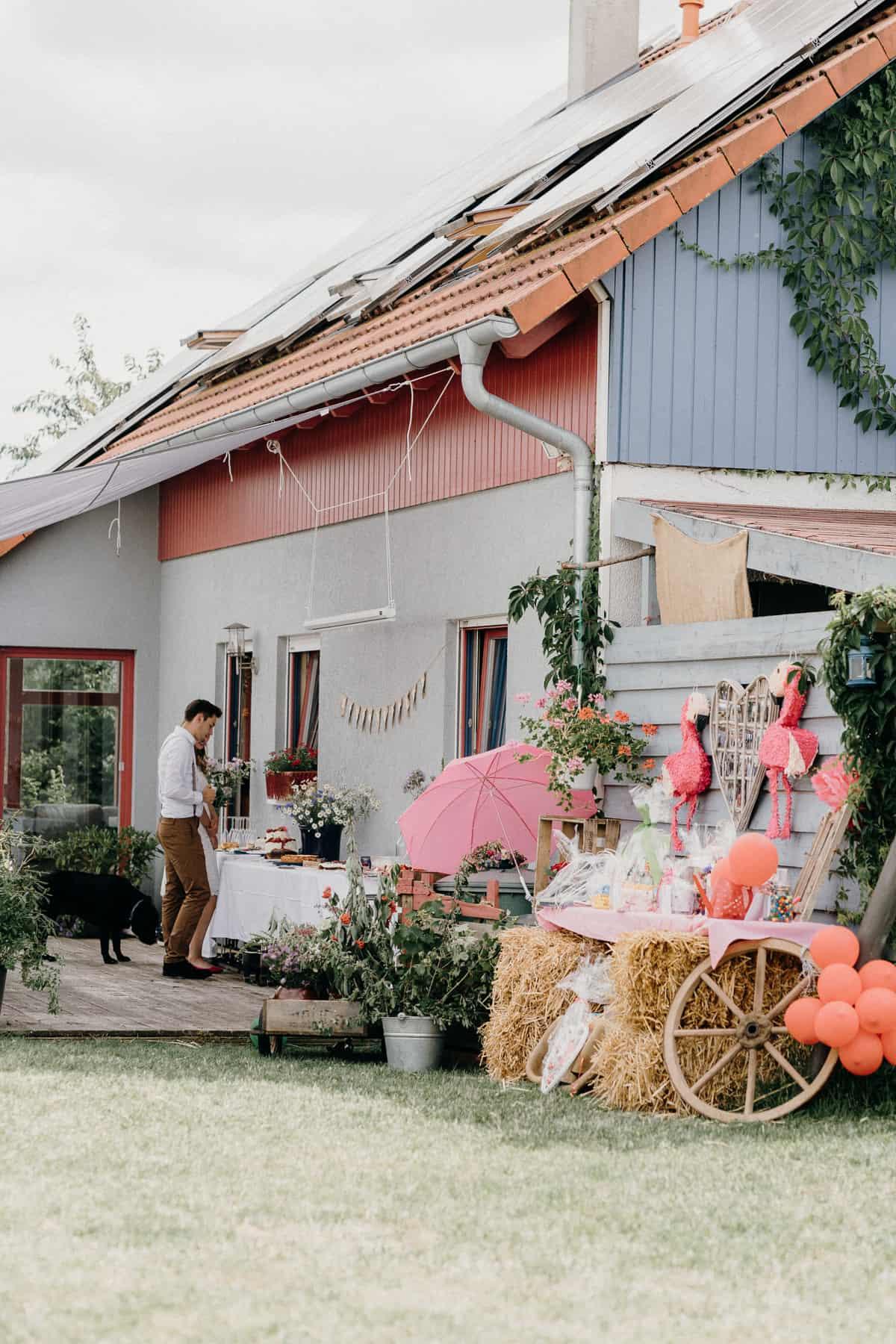 Hochzeitsfotograf Lörrach Freiburg Basel Familienfotograf Hochzeit Sommer Landhaus Dekoration Flamingos